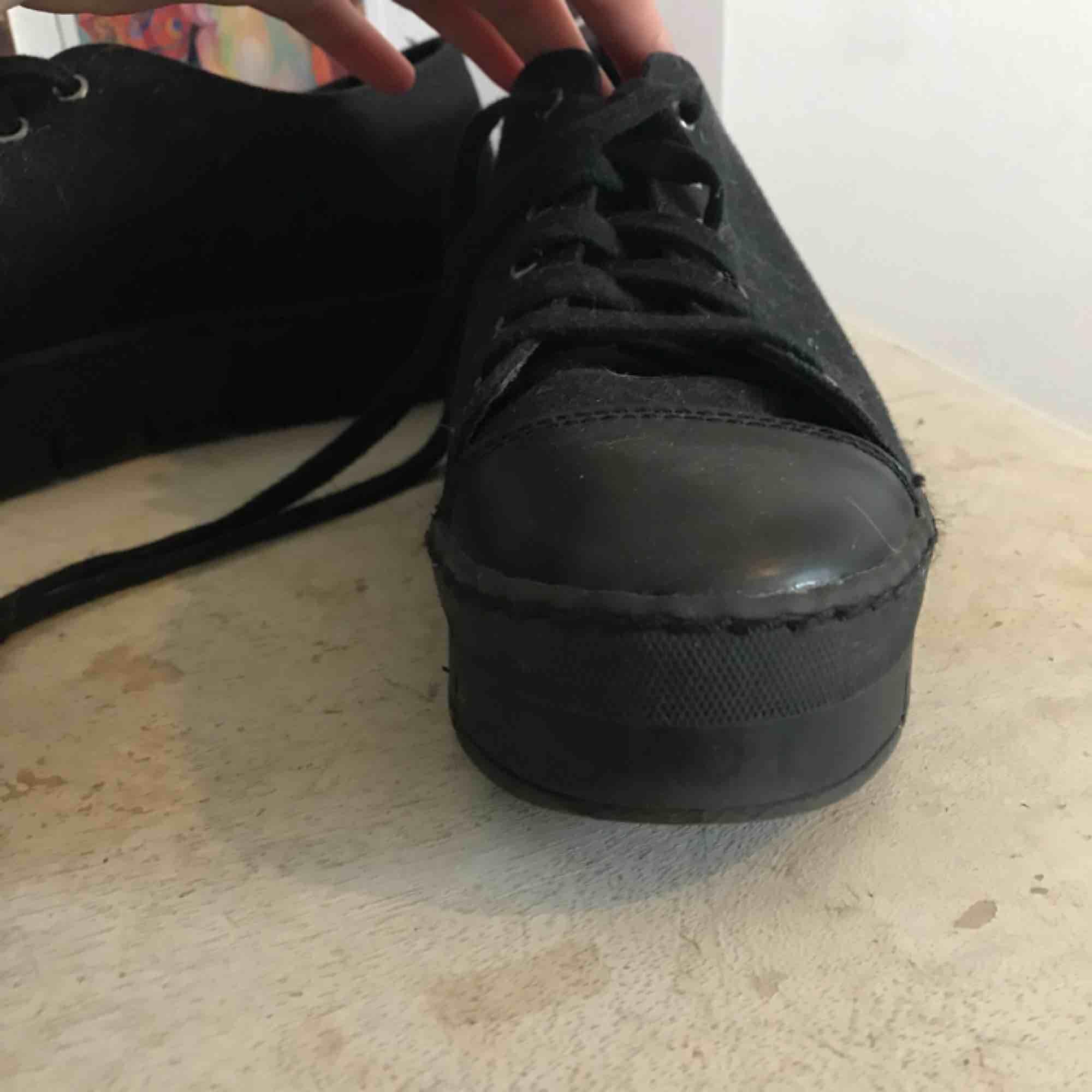 Svarta sneakers med lite platå. Knappt använda därav säljer. Lite hundhår på bilden men går att ta bort.. Skor.