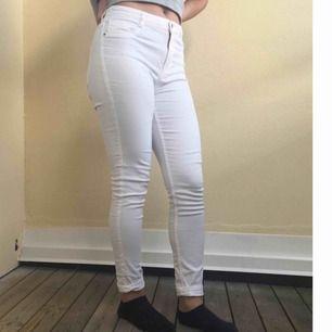 En sparsam använt vit jeans från Gina Tricot i märket Molly perfect jeans. Jätte sköna och snygga men har inte behövt använda dem mycket.