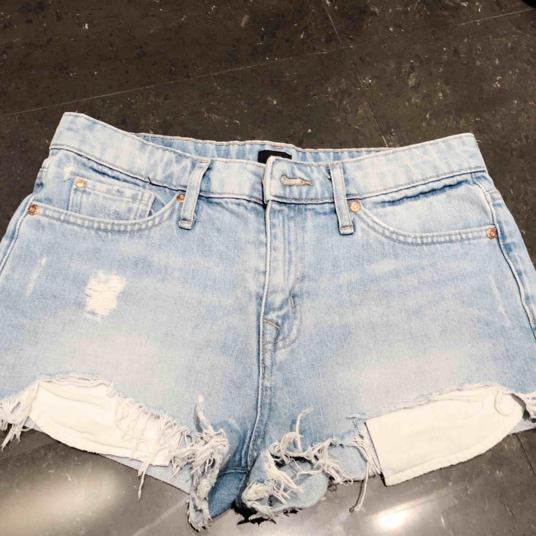 Säljer Jeans shorts från River Island billigt. säljer pga att det är försmå. Sparsamt använda. Kontakta för mer info och bilder :) . Jeans & Byxor.