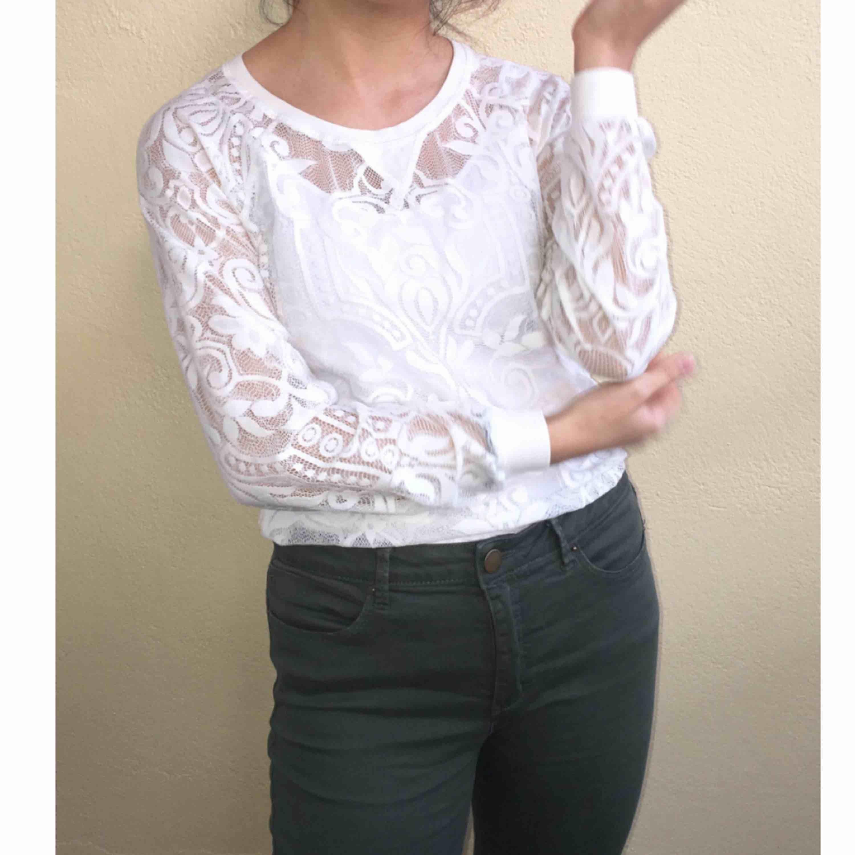 En fin outfit. Både top och jeans är till salu.  Spetsig vit topp sparsamt använt: 60 kr Militärgrön jeans (storlek 38 men stretchig) använt högst 2 gånger : 100 kr Båda två för 140kr . Toppar.