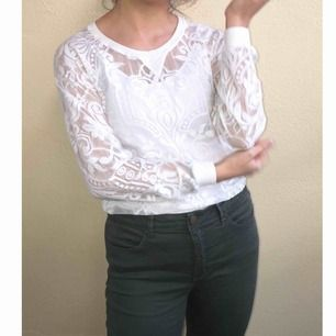 En fin outfit. Både top och jeans är till salu.  Spetsig vit topp sparsamt använt: 60 kr Militärgrön jeans (storlek 38 men stretchig) använt högst 2 gånger : 100 kr Båda två för 140kr