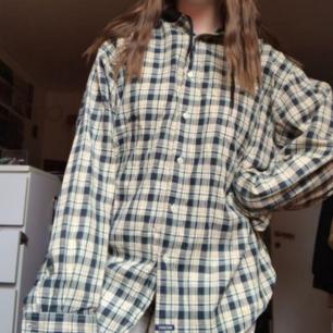Säljer denna rutiga skjorthoodien köpt på beyond retro!❤