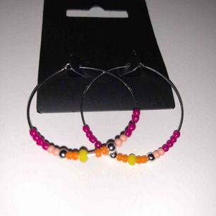 Silvriga hoops örhängen med pärlor i fina färger, köpta på Åhléns för 249kr, från märket Pilgrim. Aldrig använda! 80kr inklusive frakt. Ca 3cm diameter