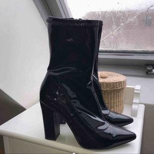 Snygga boots/klackar Säljer då dom är för små