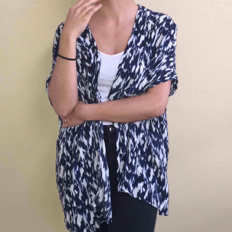 Ett somrigt och hängigt plagg man har över linne eller t-shirt. Jätte skön och luftig. Passar även till storlekar med M och L. . Kostymer.