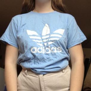 Säljer denna ljusblå fakeadidas tshirten!💙