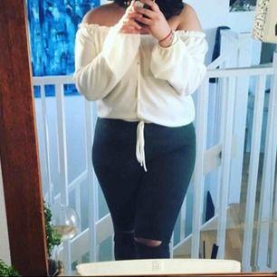 Säljer BÅDE blusen och jeansen på bilden. Jeansen är mörkgröna med slits, storlek på blusen är XL och jeansen storlek 44. Använda en gång!!!! Såå fina och allt från FashionNova