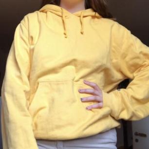 Säljer denna gula hoodien!💛