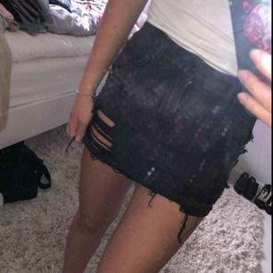 Supercool kjol från hollister! Knappt använd alls dvs så gott som ny! Har tyvärr vuxit ur den där av säljer jag den!