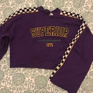 Croppad sweatshirt med vida ärmar. Endast använd en gång! Köparen står för frakten, annars möts jag gärna upp i Göteborg🌟