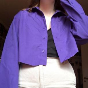 Säljer denna croppad lila skjortan som går att använda som en tunn jacka nu i sommar!💜