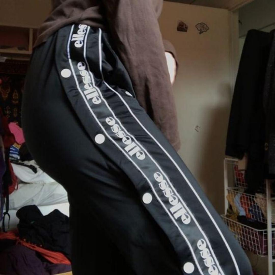 Säljer dessa nya svarta ellesse byxorna, knapparna går att öppna hela vägen upp och med hjälp av snörerna kan man reglera midjan!💙. Jeans & Byxor.
