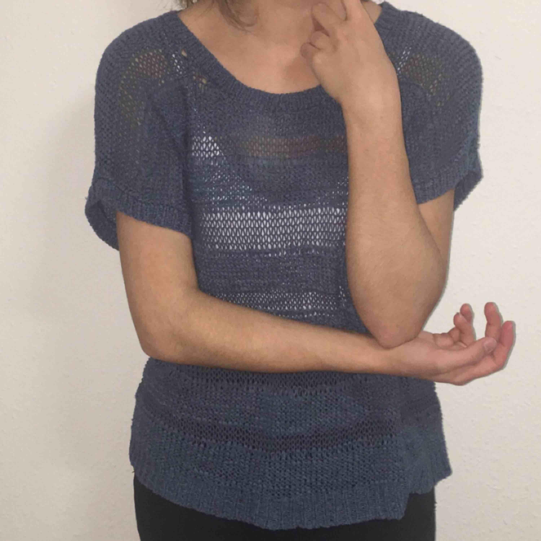 En stickad och hängig T-shirt från Lindex som man ser genom. Jätte mysig och skön. Säljer billigt. Passa på!. Skjortor.