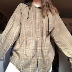 Säljer denna underbara skjorthoodien från beyond retro! ❤