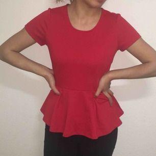 En röd vacker topp som blir lite fluffig och ger form till kroppen. Använt någon enstaka gång! Säljs billigt. Passa på!