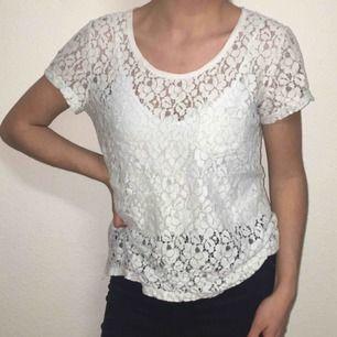 En vit spetsig T-shirt som sitter jättefint. Säljer billigt