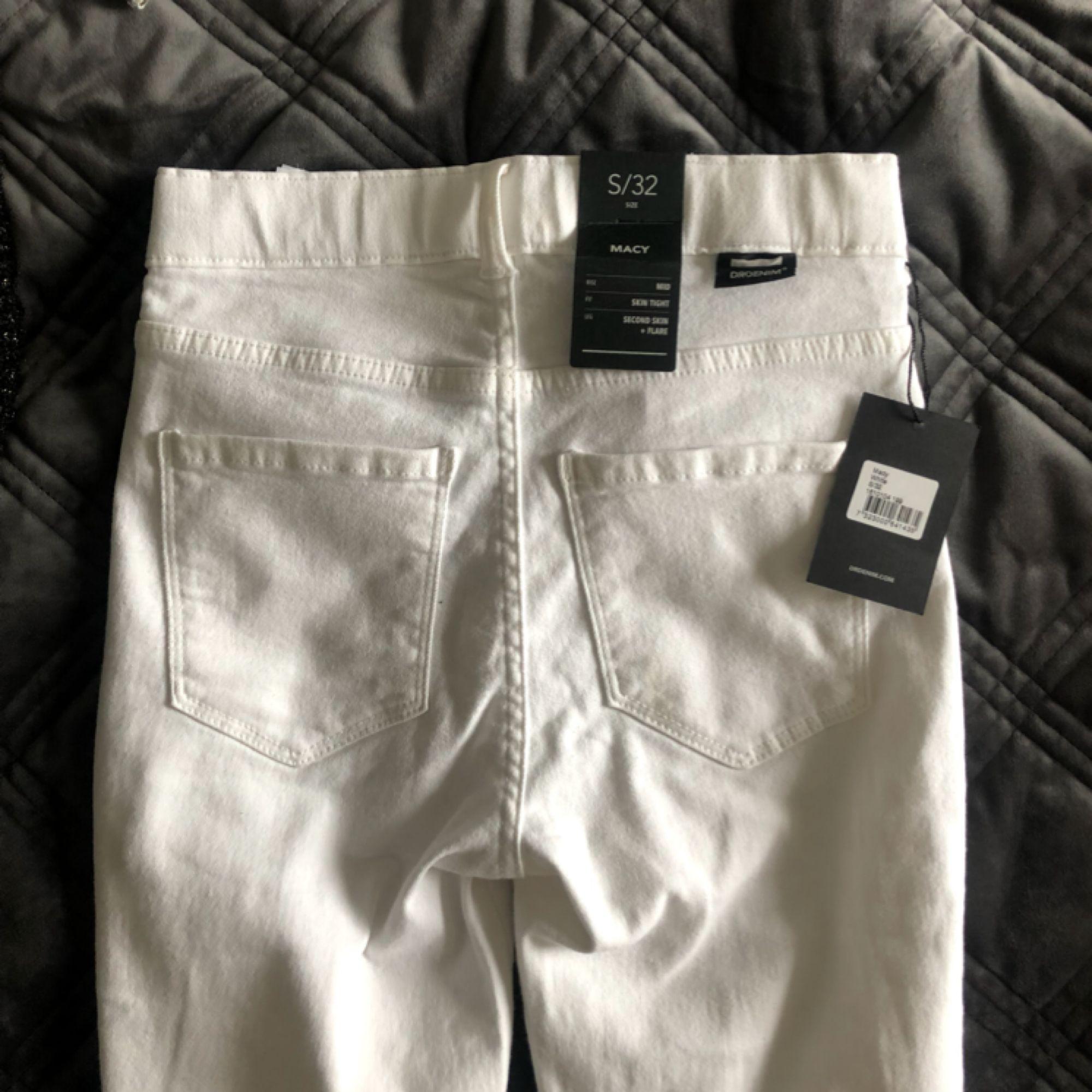 Säljer ett par helt nya bootcut jeans som är väldigt stretchiga och bekväma💕. Jeans & Byxor.