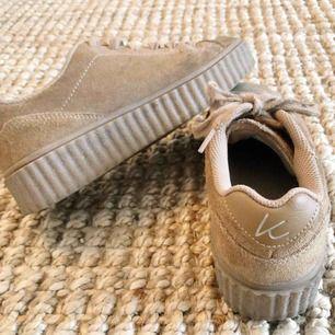 Frakt inkluderat i priset! Snygga sneakers i mocka (fake), har använts men har mycket kvar att ge🤩 Ord. Pris 699kr.