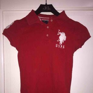 Fin röd polo tröja från Ralph lauren Nästan aldrig använd. Va inte min stil riktigt Pris kan sänkas vid snabb köp, köparen står för frakten