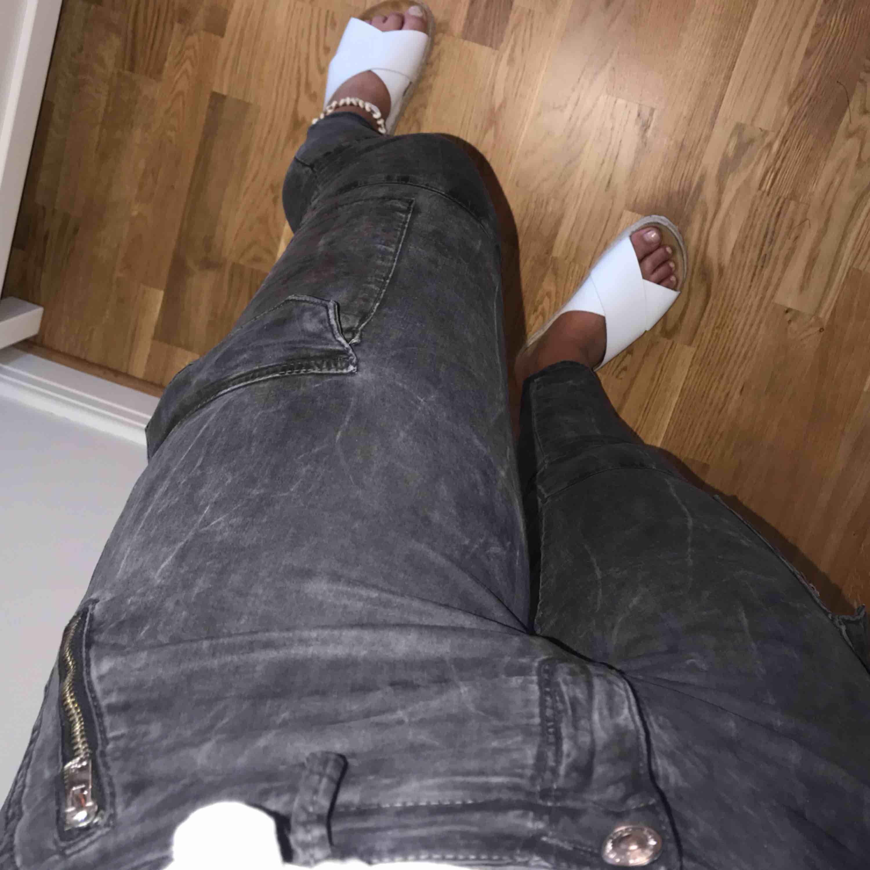 """Ett par grå byxor i Cargo stuk. Dom är ifrån Zara och är mycket mycket bekväma och """"lena"""". Jeans & Byxor."""