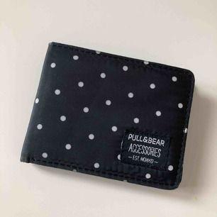 Supersöt prickig plånbok från Pull&Bear. Köpt i Spanien för några år sedan för ca 150kr. Sparsamt använd, lite smutsig, går nog lätt att fixa. Köparen betalar frakt.