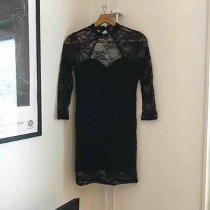 Fin klänning i svart spets med urringning i ryggen. Använd till fest några gånger. Fraktas med Postnord och köparen står för frakt 👗