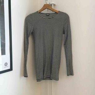 Bra basic tröja från Nörgaard Paa Ströget. Lite längre i modellen och använd fåtal gånger. Fraktas med Postnord och köparen står för frakt 👗