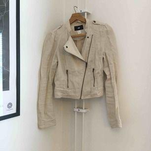 Jacka i tyg från H&M conscious collection. Legat långt i i garderoben därav alla skrynklor! Fraktas med Postnord och köparen står för frakt 👗