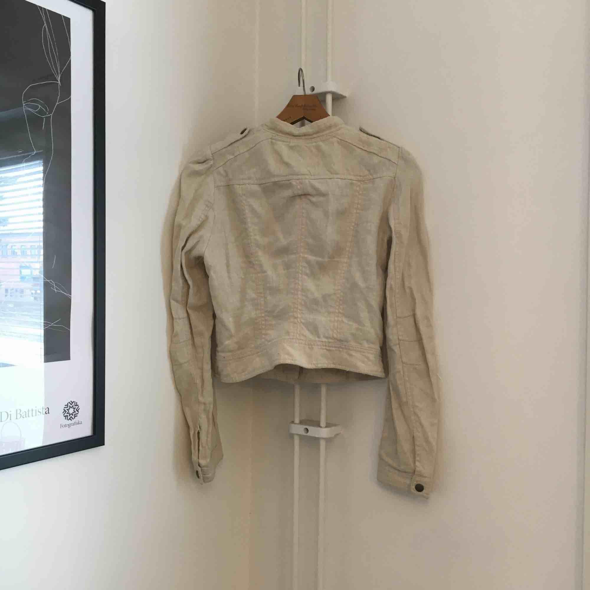 Jacka i tyg från H&M conscious collection. Legat långt i i garderoben därav alla skrynklor! Fraktas med Postnord och köparen står för frakt 👗. Jackor.