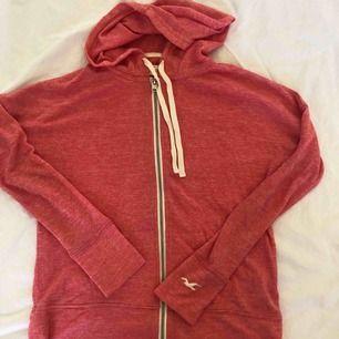 Tunn Hollister hoodie/kofta. Använd 1 gång så i bra skick. Storlek XS. Färgen är lite ljusare i verkligheten :)