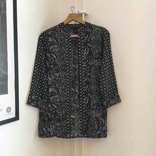 Längre oversized kimono med bohemiskt print i svartvitt. Aldrig använd. Fraktas med Postnord och köparen står för frakt 👗