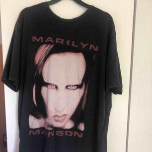 Marilyn Manson tröja från HM, köpt 2017 men sällan använd då den är alldeles förstor för mig, gissar på L i herr storlekar