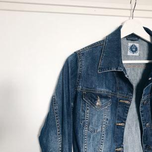 Jeansjacka i storlek 38, aldrig använd  Frakt på 63kr tillkommer
