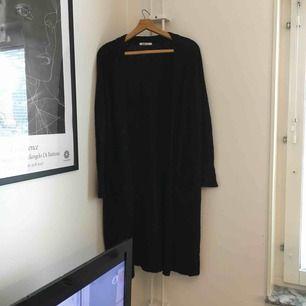 En vanlig svart lång cardigan med fickor från Gina Tricot. Fraktas med Postnord och köparen står för frakt 👗
