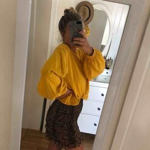 """En gul tröja med """"puff-ärmar"""", superskön och bara använd 1-2 gånger"""