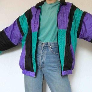 Cool windbreaker, köpt på humana. Kan stylas tillsammans med ett par snygga vintage jeans och chunky sneakers. Frakt på 50 kr tillkommer