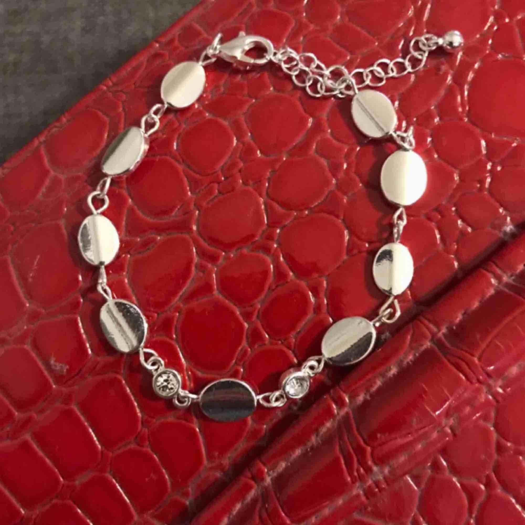 Superfin silvrigt armband med stenar, lägger upp igen pga oseriös köpare! 💛. Accessoarer.