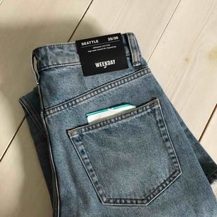 Helt oanvända jeans från weekday, fortfarande lappen kvar! Inte ett stretchiga material! Är tyvärr för små för mig därför jag säljer dom! Nypris: 500kr