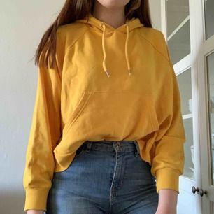 Knappt använd hoodie från Monki! Har luva och magficka