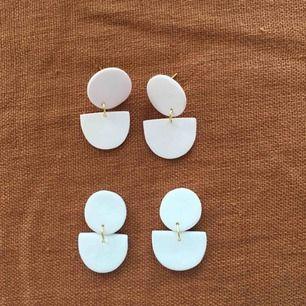 Handgjorda örhängen, paret uppe går i en ljusrosa ton och de andra är kritvita. 🐚 Frakt 9 kr