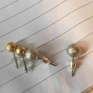 Frakt= 13kr. Pris för båda, köp fler örhängen som går på samma fraktkostnad!