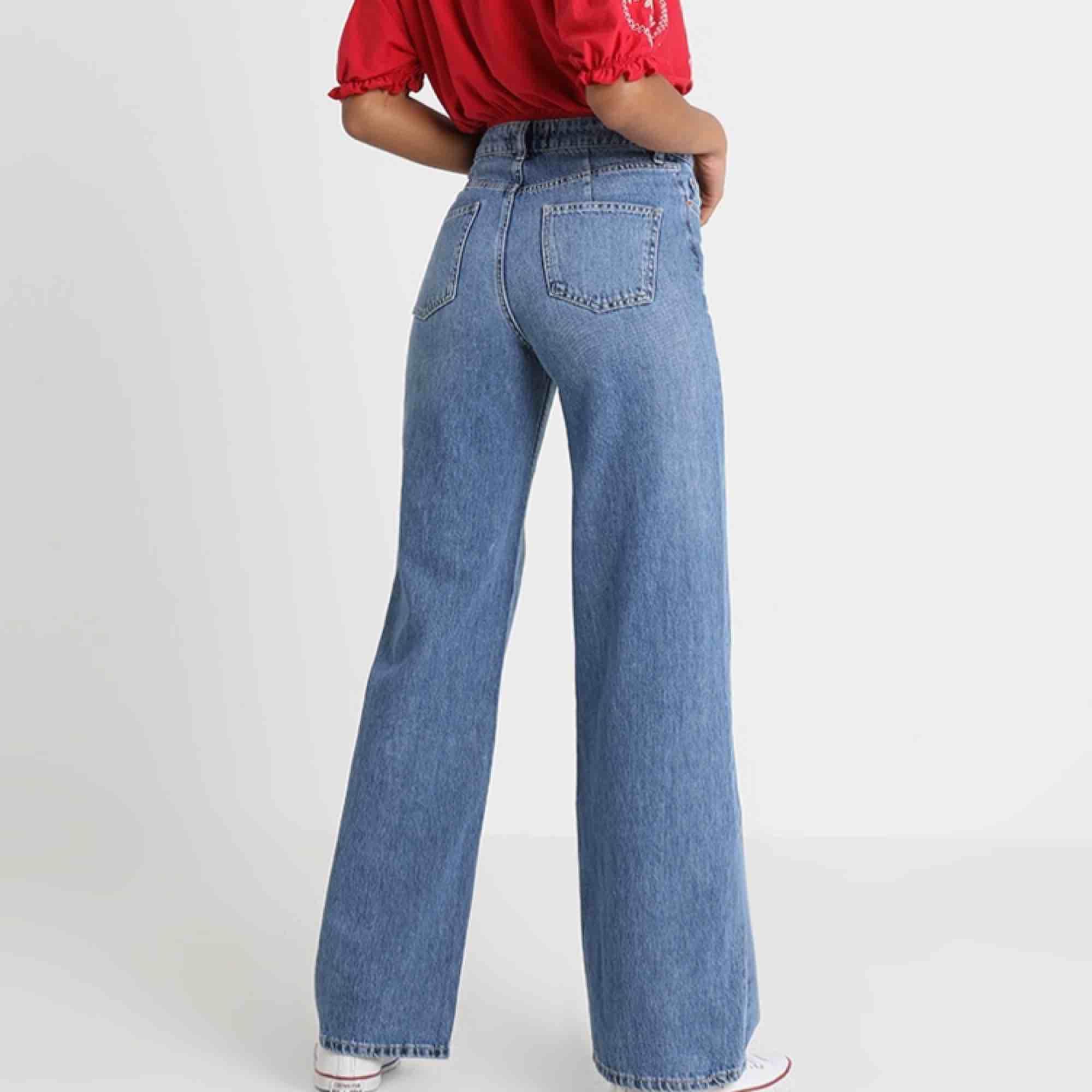 Sköna wide leg jeans från Miss Selfridge, passar jättebra till chunky/större sneakers!   Knappt använda då de är lite små för mig. Storlek 36, men har stretch i sig. Nypris 600kr  Frakt ingår inte. Jeans & Byxor.
