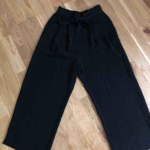 Svarta culottebyxor i tunnt material från zara. Storlek xs.