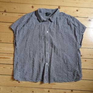 Snygg rutig skjorta ifrån Monki med öppen rygg. Köparen står för frakten!