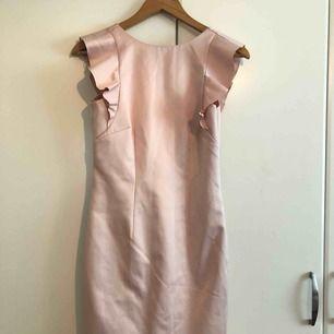 Helt ny klänning med prislappen på, köpt för 300 kr. Från ginatricot. mitt pris 150 kr, jätte fin med öppen rygg! Tar gärna emot swish 💕💕