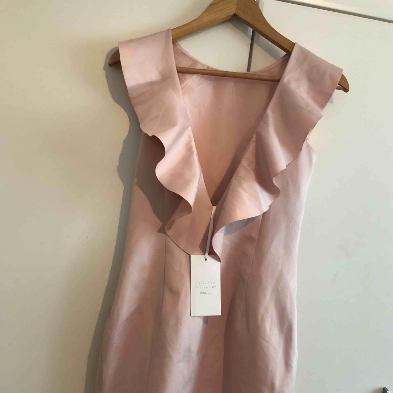 Helt ny klänning med prislappen på, köpt för 300 kr. Från ginatricot. mitt pris 150 kr, jätte fin med öppen rygg! Tar gärna emot swish 💕💕. Klänningar.