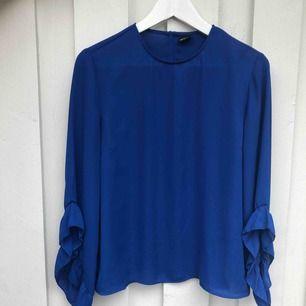 En blå blus från Gina. Strl 38. Köparen står för frakt.