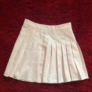 Söt ljusrosa kjol köpt ifrån ginatricot💕 väldigt bra skick som ny. Tar gärna emot swish!