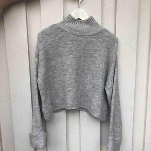 En grå och jättemjuk tröja från Gina. Aldrig använd så som nyköpt. Köparen står för frakt.