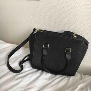 As söt svart väska från Dondonna ! Har ej swish så kan bara ta emot kontanter, möts upp inom stockholm eller hämtas i vällingby🌸